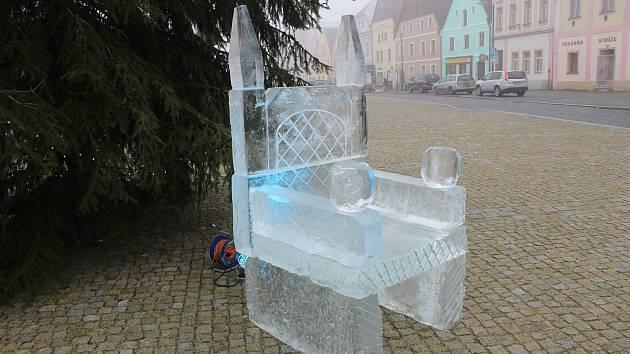 Ledové křeslo na náměstí v Plané.