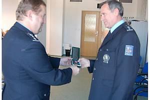 Tachovský policejní ředitel předává medaili Stanislavu Váňovi (vpravo).