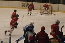 Snímek z utkání HC Tachov - HC Domažlice, tachovští hokejisté v červených dresech.