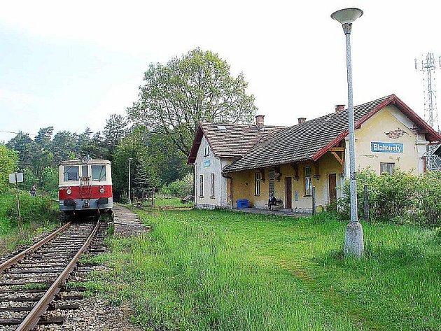 DOČKÁ SE REKONSTRUKCE. Takto vypadá železniční stanice a její blízké okolí v Blahoustech na trati z Pňovan do Bezdužic dnes.