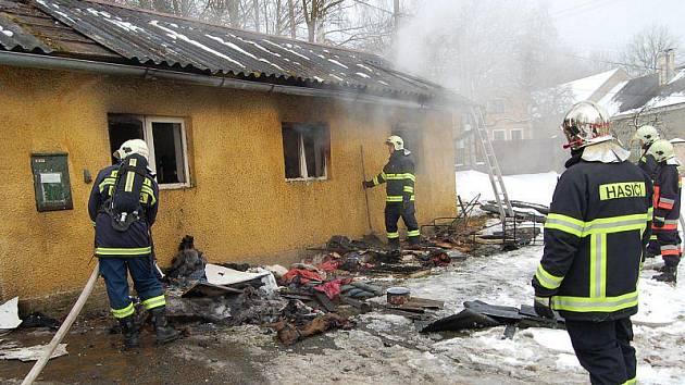 OHEŇ ZLIKVIDOVAL HASIČÁRNU. Požár bývalé hasičárny likvidovaly v pátek jednotky profesionálních hasičů z Tachova a dobrovolných z Plané.
