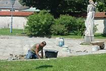 V ČERVNU 2012 vyměnili dělníci nevyhovující dlaždice za dlažební kostky v zadní části, za zámkem.