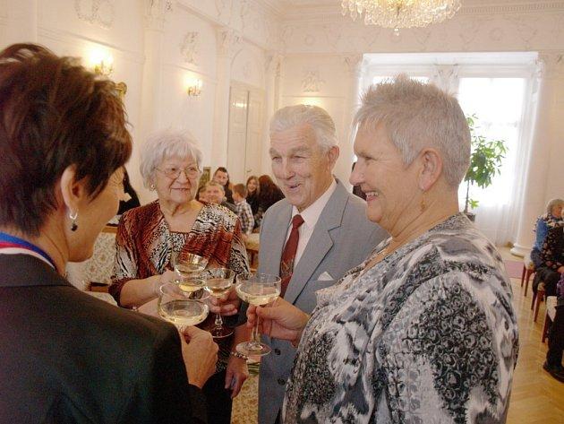 MANŽELÉ ĎALOGOVI si připomněli, že spolu jsou již neuvěřitelných šedesát let. Diamantovou svatbu zakončili slavnostním přípitkem s představiteli města.