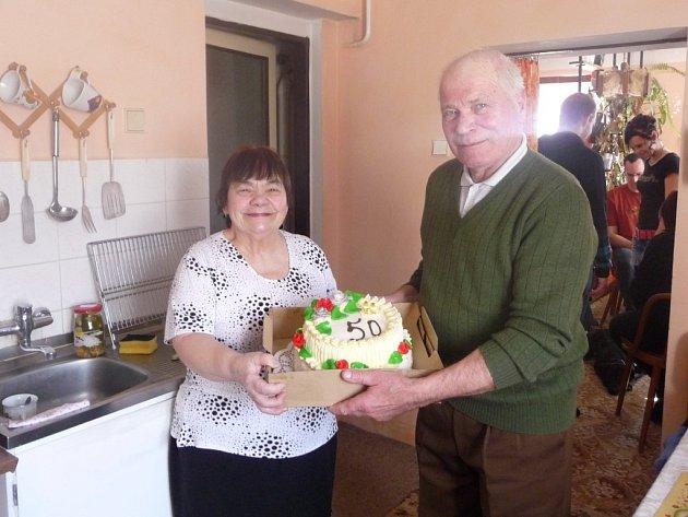 PŮL STOLETÍ spolu a stále jsou moc šťastní. Květoslava a Stanislav Vithausovi měli v sobotu zlatou svatbu, kterou oslavili v rodinném kruhu.