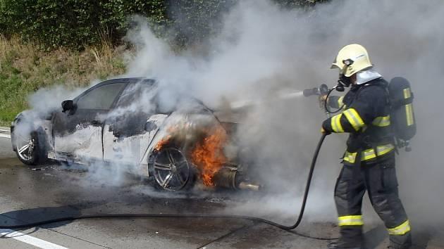 Automobil úplně shořel, škoda je odhadnuta na 600 tisíc.