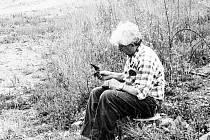 Dnes už historické, dvacetileté snímky zachycující břehule říční a ornitolga Václava Boška z Plzně.