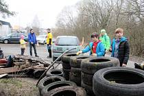 Dvě hodiny uklízeli dobrovolníci Plánskou ulici. Nepořádku opět vévodily staré pneumatiky.