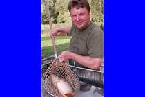 Soukromý rybník ve Velkých Dvorcích nabídl ze soboty na neděli zájemcům noční rybaření. Na snímku majitel Radek Tobiáš s jedním úlovků.
