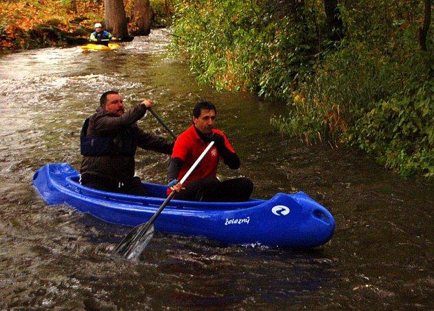 Od přehrady Lučina k Minerálce sjeli v sobotu za deštivého počasí vodáci řeku Mži. U Minerálky pak pro tuto sezonu uzamknuli řeku.