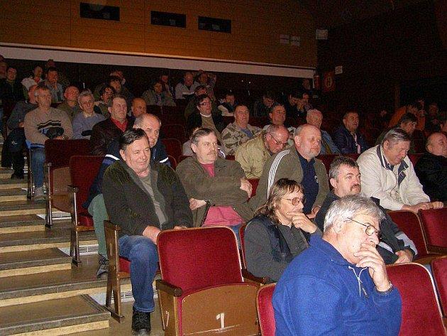Na výroční schůzi rybářů ve Stříbře se nejvíce diskutovalo o brigádách.