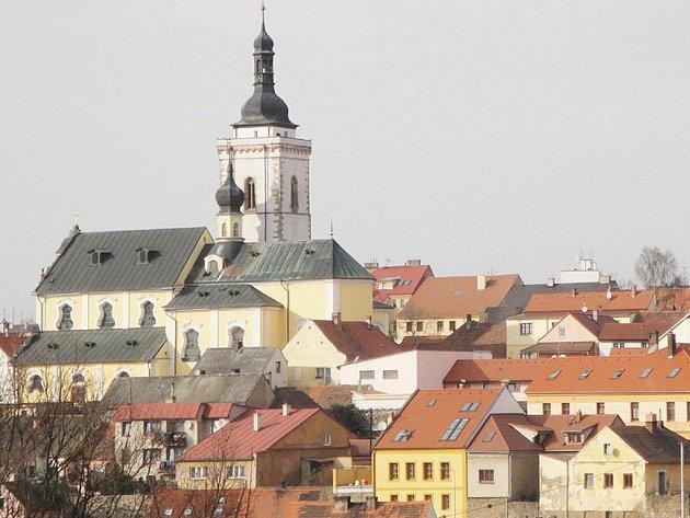 Panorama Stříbra s vyhlídkovou věží kostela.