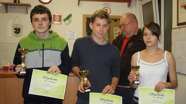 Zástupci nejlepších škol s poháry za umístění