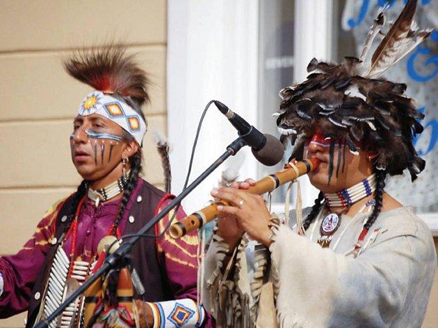 K největším atrakcím letošních slavností patřili tito Indiáni. Svojí hudbou neustále lákali hloučky posluchačů.