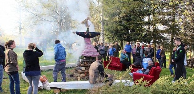Tradice dodržují také vmalé obci Labuť. Za bývalou školou se poslední dubnový den sešlo 54místních ichalupářů, aby společně postavili májku.