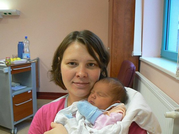 Tříletá Eliška Vlková z Teplé je moc ráda, protože se mamince Jitce a tatínku Láďovi narodila druhá holčička. Verunka (3,50 kg, 50 cm) přišla na svět 23. 11. ve 21.31 hod. ve FN v Plzni.