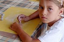 Nikolku Urbanovou z Tachova jsme v Mraveništi zastihli při výrobě hracích kostek.