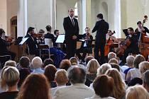 ZPĚVÁK Štefan Margita v neděli odpoledne zahájil prvním koncertem hudební festival v jízdárně Světce.