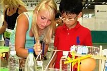 STUDENTKA STŘÍBRSKÉHO GYMNÁZIA Johana Kalistová předvádí jednomu z návštěvníků korejského vědeckého festivalu fyzikální pokus s brčkem.