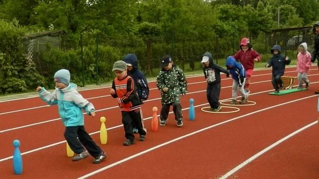 Jednou ze soutěžních disciplín byl také slalom mezi kuželkami