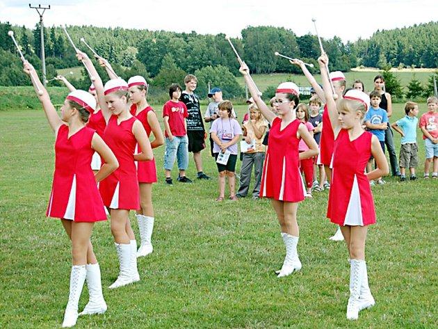 Na fotbalovém hřišti v Halži se návštěvníkům představily také tachovské mažoretky.