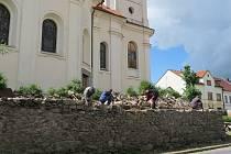 Oprava zdi u kostela v Černošíně.