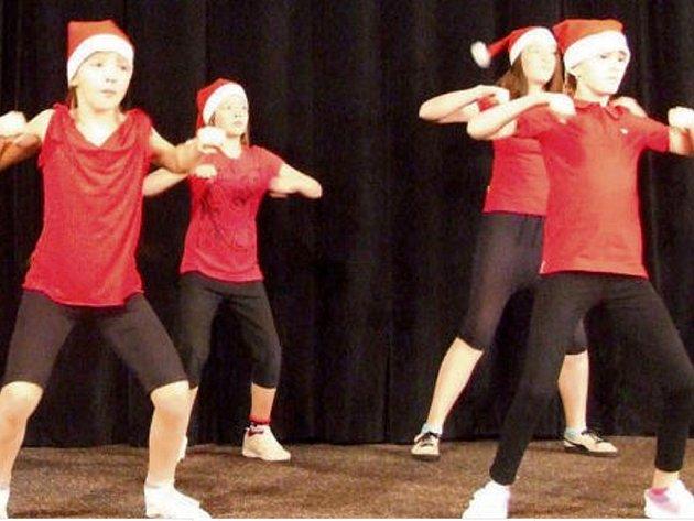 NA CHARITATIVNÍ akci vystupovaly nejen děti z Milířů, ale také žáci ze základních škol a gymnázia v Tachově. Sehráli scénky, zazpívali, přednesli nebo zatančili.