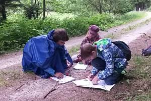ŽÁCI ZÁKLADNÍ ŠKOLY Konstantinovy Lázně se častým pobytem v přírodě učí vnímat životní prostředí všemi smysli.