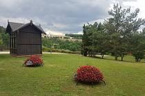 Ve stříbrských Minoritských zahradách se nově nachází květinová výzdoba v podobě berušek.