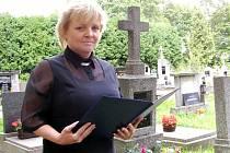Iva Pauknerová si připravuje řeči na smuteční obřady, kde je pak přednáší.