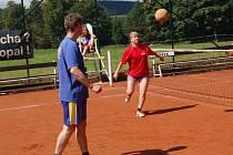 TRADIČNÍ NOHEJBALOVÝ turnaj smíšených dvojic se uskutečnil v sobotu v Lesné. Sešlo se šest týmů, snímek je ze zápasu Toma – Jabka, který skončil 1:2.