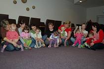 Každou středu se v borské poliklinice schází maminky s dětmi.