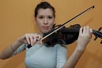 NA HOUSLE hraje Lenka od svých šesti let. Před dvěma měsíci si koupila konečně housle svoje.