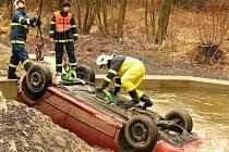 Vozidlo museli hasiči vyprostit pomocí jeřábu.