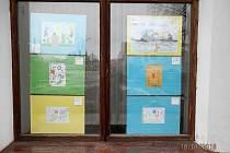 Výtvarná díla dětí už zdobí výlohy ve Stříbře.