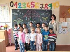 Žáci první a druhé smíšené třídy Základní školy v Rozvadově. Třídní učitelka Renata Kozlerová