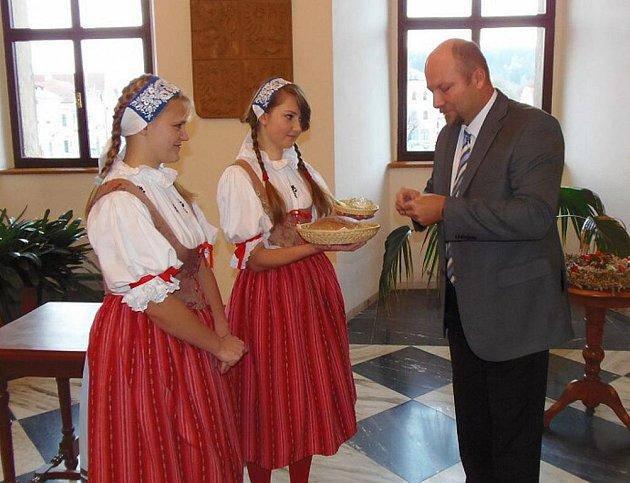 Studenti ročníku oboru agropodnikání Střední odborné školy ve Stříbře přinesli dožínkový věnec a pečený chléb na tamní radnici ve stříbských krojích.