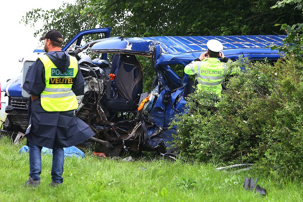Vážná dopravní nehoda kamionu a dodávky v obci Tisová na Tachovsku z června 2020.