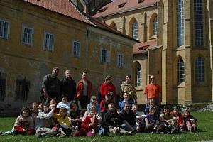 Brontosauři přijeli na Tachovsko.Ze Stříbra se vydali i na procházku ke kladrubskému klášteru.