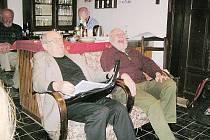 Rudolf Tomšů a Pavel Řepa (zleva) zpříjemnili svým čtením olbramovským posluchačům páteční večer