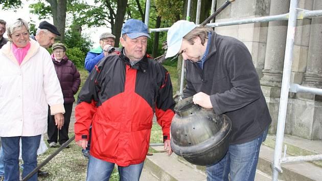 Starosta Pavel Ryba a restaurátor Miroslav Zvonař se schránkou z kříže pernoleckého kostela.
