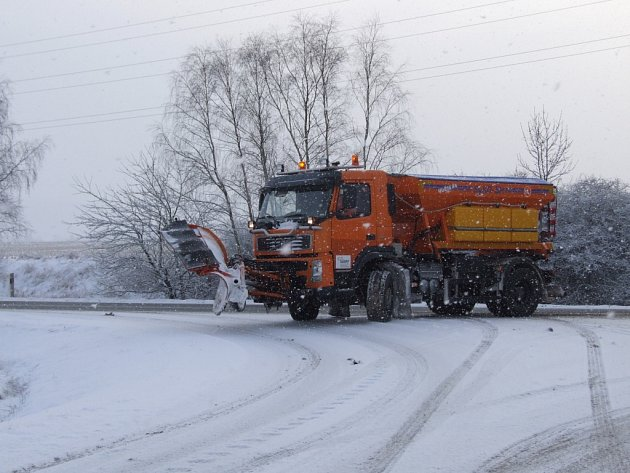 DO PĚTI centimetrů výšky sněhu se na vozovce pouze solí, hrnou se vyšší vrstvy.