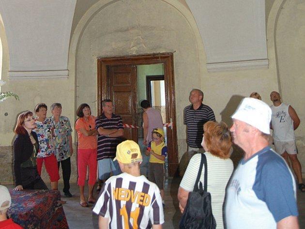 Jen jednou ročně se na několik hodin otevírá zámek v Trpístech pro veřejnost. Letos se tak stalo v sobotu. Příležitost prohlédnout si interiéry zámku využily desítky návštěvníků.