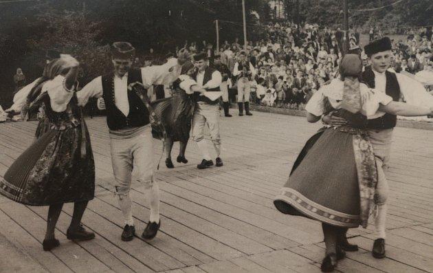 Na místě páteční filmové projekce dříve vystupovali itanečníci při Chodských Svatojánských slavnostech.