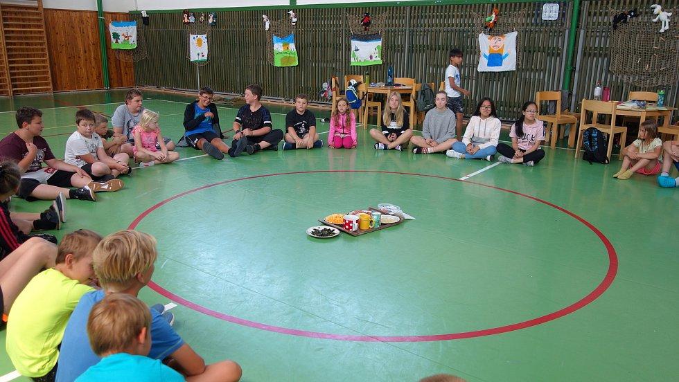 Děti plnily různé úkoly, mimo jiné poznávaly chutě světa, tloukly špačka, malovaly bublifukem a podobně.