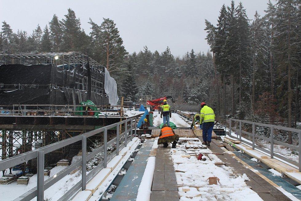 Dělníci připravovali konstrukci k přetočení také v sobotu.
