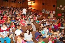 Zaplněný sál kina v Boru těsně před premiérou filmu Mimoni.