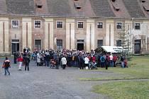 Zhruba sto padesát lidí přišlo na Štěpána na kladrubský klášterní dvůr.