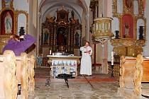 Nebýt rodáků a členů občanského sdružení, tak by plánský farář Jaroslav Šašek (na snímku) kříž, který bude zdobit střechu kostela v Domaslavi, světil před prázdnými lavicemi.