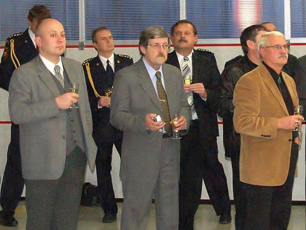 Předsedou oblastního sdružení ODS se stal Petr Hošek (vpravo). Kandidáty do zastupitelstva Plzeňského kraje se stali Milan Věneček (uprostřed) a Petr Dostál. Náš objektiv je zachytil při podzimním otevírání nové hasičské zbrojnice ve Stříbře.
