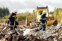 Zasahujícím hasičům pomohla technika, která jednotlivé kusy skládky rozhrabovala a umožnila jim tak se snáze dostat k ohniskům požáru.